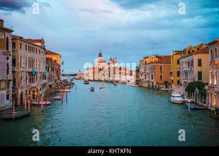 Blick von der Ponte dell'Accademia auf Schiffe und Gondeln auf dem Canal Grande in Venedig an einem bewölkten Tag - Stockfoto