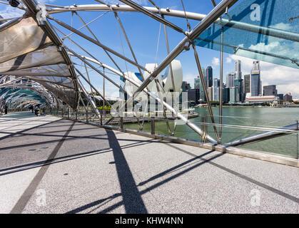 Singapur - Oktober 6, 2017: Die Fußgängerzone helix Brücke verbindet die*Bay Sands Hotel in Singapur mit dem Finanzviertel. - Stockfoto