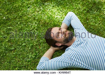 Mann schaut nachdenklich - Stockfoto