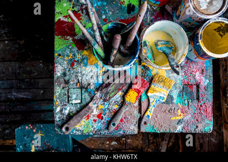 Pinsel und Töpfe von Farben auf den Tisch - Stockfoto