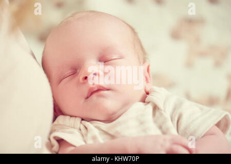 Neugeborenes Baby Boy, im Arm der Mutter schlafen, close-up - Stockfoto
