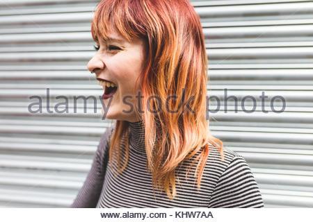 Porträt einer jungen Frau mit gefärbten Haaren, Lachen Stockfoto