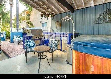 Hohe Betrachtungswinkel Und Eine Stilvolle Küche Im Freien Auf Einer  Terrasse Mit Einem Backstein In Gas