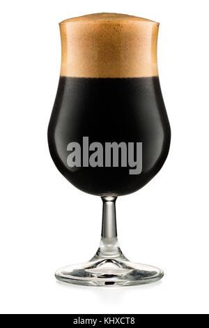 Glas dunkles Bier auf weißem Hintergrund mit Freistellungspfad isoliert - Stockfoto