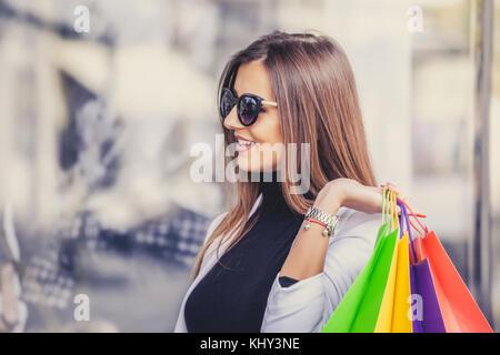 fdda64378835d0 Freudige positive Frau am Schaufenster zeigen Stockfoto