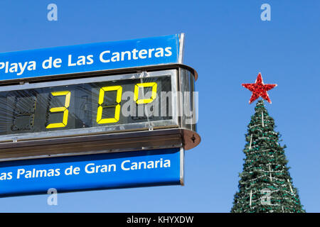 Las Palmas, Gran Canaria, Kanarische Inseln, Spanien. 22. November 2017. Wetter: Weihnachtsbaum mit Blick auf den - Stockfoto