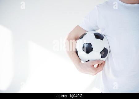 Junger Mann mit Fußball - Stockfoto