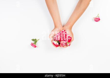 Kid's Hände halten frische Rosen Knospen auf weißem Hintergrund - Stockfoto
