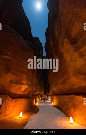 Petra, Jordanien, 24. Dezember 2015, die Schatzkammer, Petra bei Nacht mit voller monn. Die antike Stadt Petra, - Stockfoto