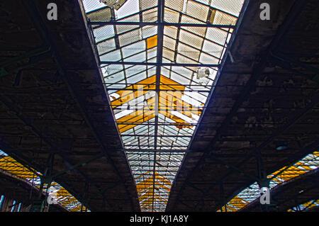 Oberlicht im Dach des alten Fabrikhalle. natürliche Deckenleuchte in abstrakte Sicht. - Stockfoto