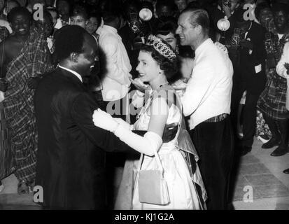 Königin Elisabeth II. von Großbritannien Tänze mit Präsident Kwame Nkrumah von Ghana, bei ihrem Besuch in Accra, Ghana, 1961