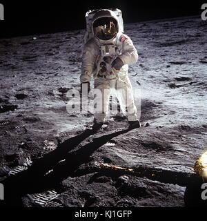 Astronaut Buzz Aldrin, Lunar Module Pilot, steht auf der Oberfläche des Mondes in der Nähe des Bein der Mondlandefähre, - Stockfoto