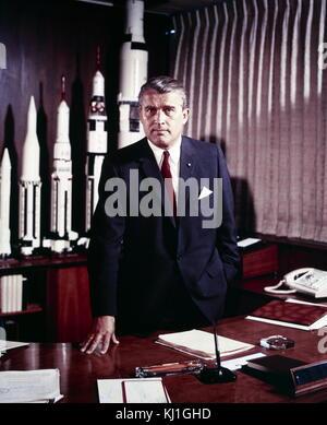 Wernher Magnus Maximilian Freiherr von Braun (23. März 1912 - 16. Juni 1977) war ein Deutscher, später Amerikanischen, Luft- und Raumfahrt Ingenieur und Architekt mit der Erfindung der V-2-Rakete für Deutschland und die Saturn V für den Vereinigten Staaten gutgeschrieben. Er war einer der führenden Persönlichkeiten in der Entwicklung der Raketentechnik in Nazi-Deutschland, wo er Mitglied der NSDAP und der SS.