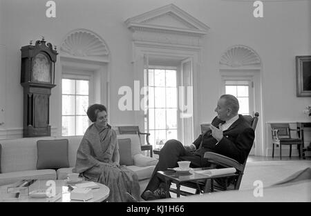 Indira Gandhi mit Präsident Lyndon Johnson der USA, Treffen in Washington 1968. Indira Gandhi (1917-1984), indischer - Stockfoto