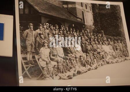 Foto der schule Jungen und Lehrerinnen das Tragen von Gasmasken während des Zweiten Weltkriegs in England. Vom 20. - Stockfoto