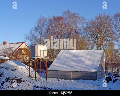 Great ... Kleine Hausgemachte Kunststoff Gewächshaus Mit Schnee Im Winter Morgens  Bedeckt.   Stockfoto