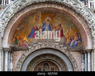 Die Himmelfahrt Christi in einem Mosaik schmücken die Kathedrale Basilika des Heiligen Markus, in Venedig, Italien - Stockfoto