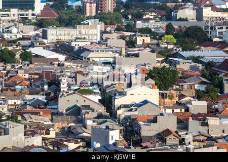 Luftaufnahme von ein flaches Wohnviertel, noch organisieren wie ein Dorf oder Kampung, im Herzen von Jakarta, Indonesien - Stockfoto