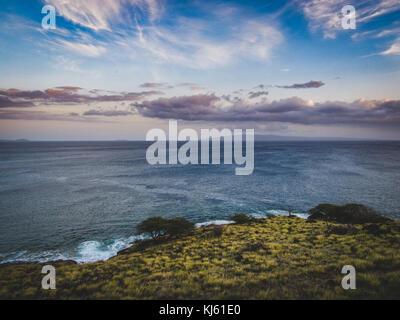Farbenfroher Sonnenuntergang an der Küste Wale Aussichtspunkt an der Küste von Maui, Hawaii - Stockfoto