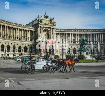Touristen Reiten in Pferd und Wagen vor der Nationalbibliothek in Wien, Österreich - Stockfoto