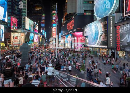 Times Square bei Nacht in Manhattan, New York Stockfoto