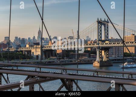 New York City Skyline mit Manhattan Bridge - Stockfoto