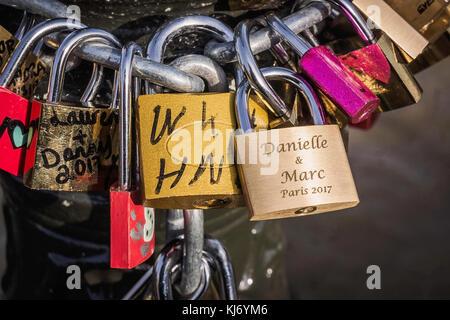 Vielen bunten Liebe Sperren auf die Künste Brücke in Paris, Frankreich. - Stockfoto
