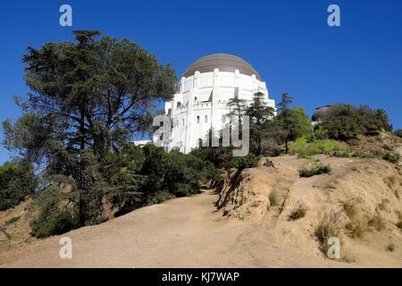 Ansicht der Griffith Park Observatorium Gebäude vor einem blauen Himmel vom Trail unter im Griffith Park, Los Angeles, - Stockfoto