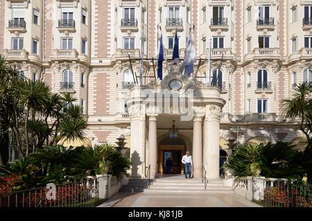 Eingang zum Luxus Intercontinental Carlton Hotel, 1911 erbaut, auf dem Boulevard de la Croisette, Cannes, Alpes - Stockfoto