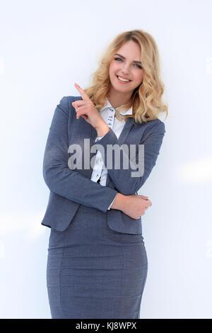 Lächelnd business Frau zeigt auf der Kopie. - Stockfoto
