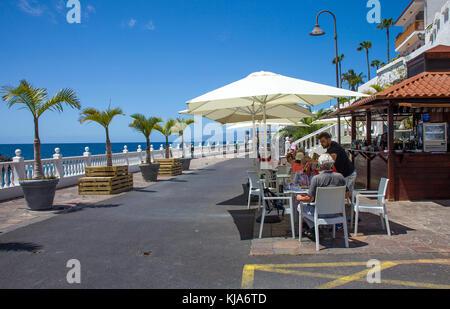 Beach Cafe auf der Promenade zwischen Los Gigantes und Puerto de Santiago, Teneriffa, Kanarische Inseln, Spanien - Stockfoto