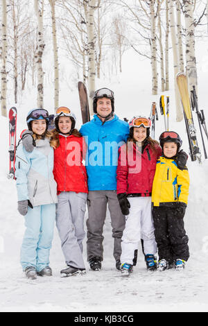 Portrait von lächelnden Kaukasischen Familie in den Skiurlaub - Stockfoto