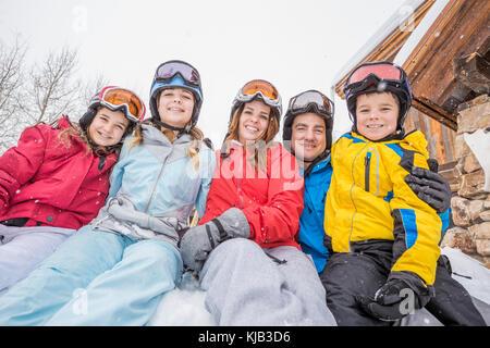 Portrait von lächelnden Kaukasischen Familie in den Winterurlaub - Stockfoto