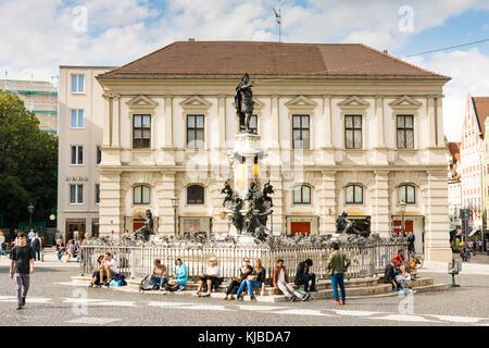 Augsburg, Deutschland - 19. August: Touristen am Augustus Brunnen in Augsburg, Deutschland Am 19. August 2017. Augsburg - Stockfoto