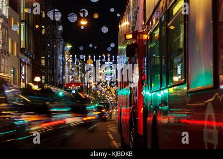 London, UK, November 17th, 2017: Weihnachtsbeleuchtung in der Oxford Street; saisonale Lichter werden über belebten - Stockfoto