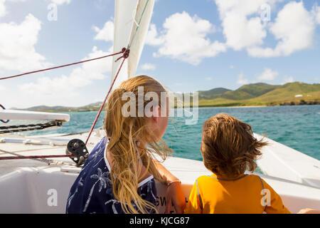 Wind die Haare der kaukasischen Bruder und Schwester im Segelboot - Stockfoto