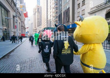 Schauspieler gekleidet als Maskottchen (mit Ihren Handler) Parade und für Fotos vor der New York Stock Exchange - Stockfoto