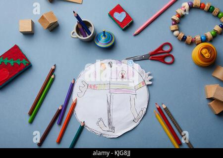 Zeichnung des Kindes, Buntstifte und Zubehör - Stockfoto