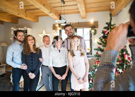 Familie posieren für ein Foto am Weihnachtsbaum - Stockfoto