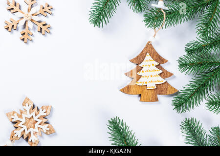 einfache weihnachtskarte mit holz buchstaben auf einem holzbrett stockfoto bild 310919723 alamy. Black Bedroom Furniture Sets. Home Design Ideas