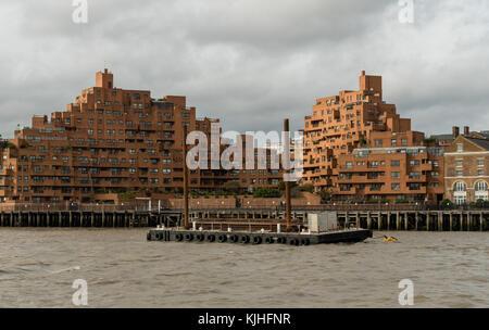 Malerische East London Gebäude aus der Themse gesehen - Stockfoto