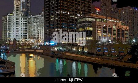 Moderne und historische Architektur in der Nähe der Magnificent Mile in Chicago in der Nacht in einem Posterized - Stockfoto
