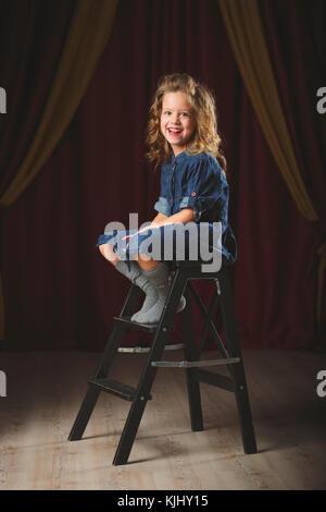 Glückliches Mädchen mit Theater Vorhang auf Hintergrund - Stockfoto