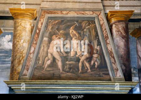 Villa Farnesina in Rom. Die Perspektiven der Halle. Freco über dem Kamin: Schmiede von Vulcan. Italien. - Stockfoto