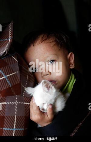 Mutter und ihre Jungen Leiden der Herzkrankheit. Kon Tum. Vietnam. - Stockfoto