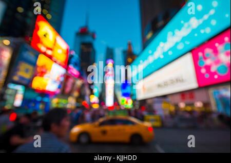 Defokussieren abstrakte Sicht auf den Times Square, signage, Verkehr, und vorweihnachtlichen Menschenmassen in der - Stockfoto
