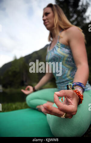 Frau Durchführung yoya außerhalb. Lotus Position und Mudra Körperhaltung. Close-up. Frankreich. - Stockfoto