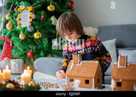 entz ckende vorschulkind beherbergt junge lebkuchen dekorieren f r weihnachten zu hause. Black Bedroom Furniture Sets. Home Design Ideas