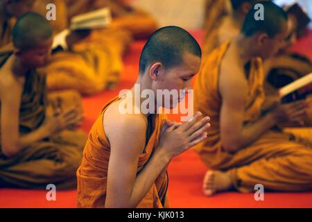 Mönche Lesen und Singen in Wat Chedi Luang, Chiang Mai. Thailand. - Stockfoto