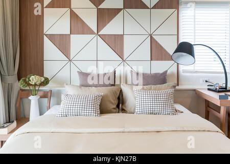 Innenraum der luxuriöse Schlafzimmer in Haus oder Hotel mit Lampe. Innenbereich Schlafzimmer Konzept. - Stockfoto